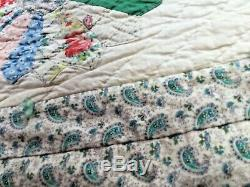 Antiques Dresden plate quilt many different colors the size is 66 x 72. Inches